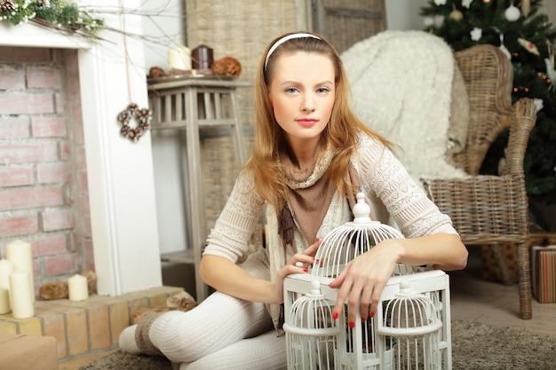 Menina da moda em casa, interior de inverno vintage
