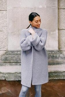 Menina da moda em pé em um autmncity