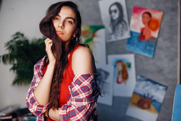 Menina da moda em pé em um estúdio