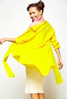 Menina da moda em roupas casuais de verão