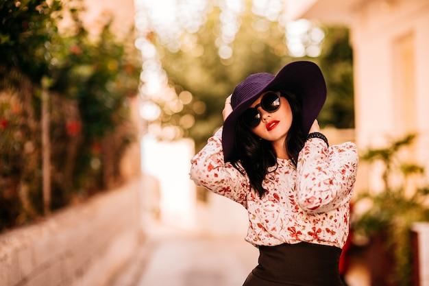 Menina da moda em um grande chapéu