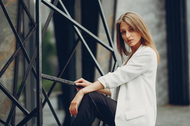 Menina da moda em uma cidade