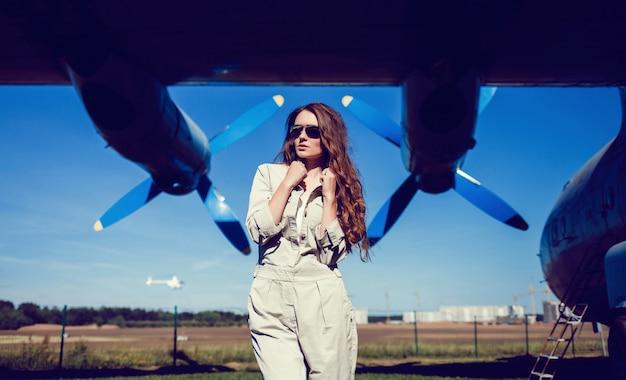 Menina da moda no aviador de óculos de sol