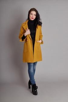 Menina da moda no casaco de primavera, desgaste de primavera