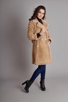 Menina da moda no casaco de primavera, desgaste do outono