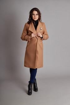 Menina da moda no casaco de primavera, outono desgaste tempo