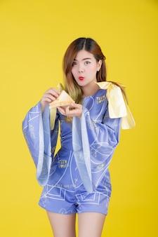 Menina da moda vestir-se com um gesto com a mão