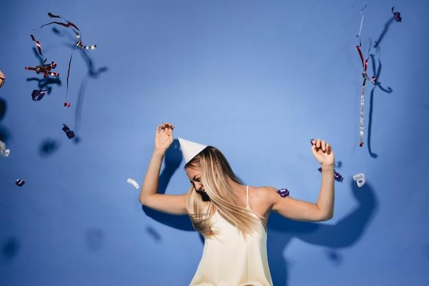 Menina dançando em uma festa
