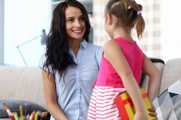 Menina dando presente para mãe