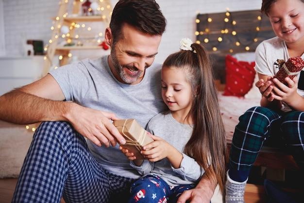 Menina dando um presente de natal para o pai