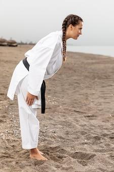 Menina das artes marciais pronta para combater