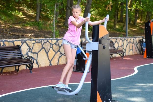 Menina de 10 a 14 anos pratica esportes. tempo de esportes, férias de verão
