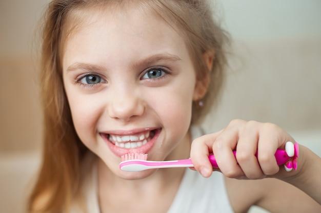 Menina de 8 anos de idade, escovando os dentes