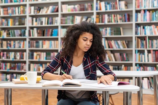 Menina de alto ângulo concentrada para estudar