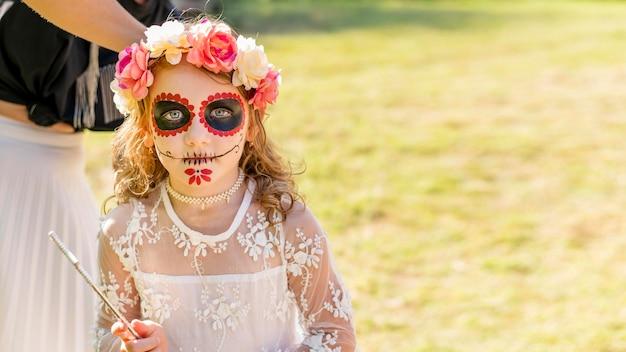 Menina de ângulo alto com fantasia para o halloween