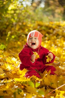 Menina de ano no parque de outono