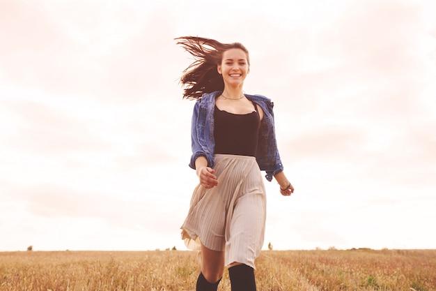 Menina de beleza ao ar livre curtindo a natureza. mulher feliz livre