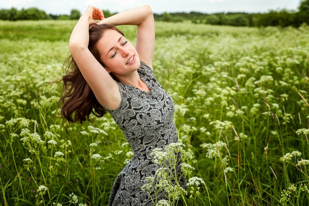 Menina de beleza ao ar livre curtindo a natureza.