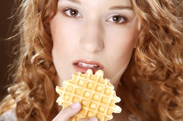 Menina de beleza com biscoito fechar imagem