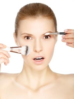 Menina de beleza com pincéis de maquiagem