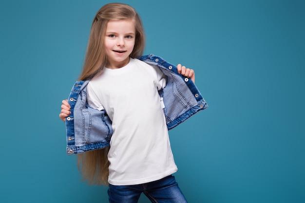 Menina de beleza em jaqueta jeans com longos cabelos castanhos