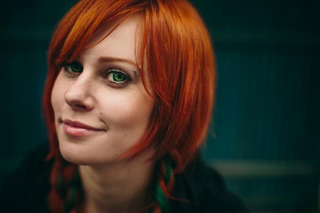 Menina de cabelo vermelho lindo com olhos verdes profundos