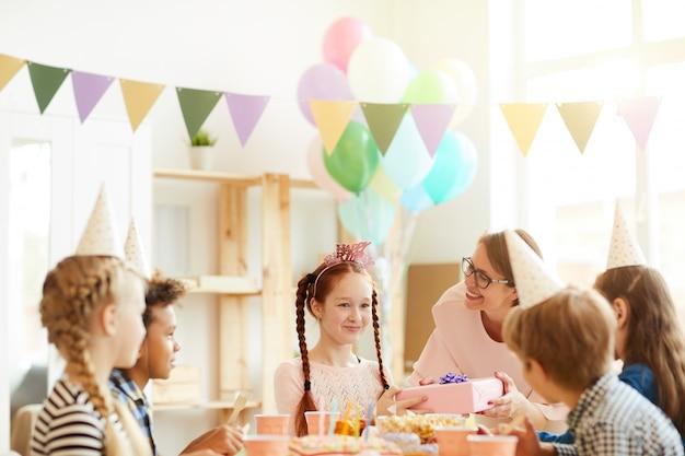 Menina de cabelos vermelha na festa de aniversário