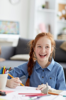 Menina de cabelos vermelha sorridente