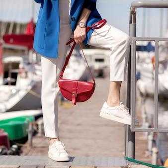 Menina de calça branca e um casaco azul