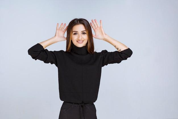 Menina de camisa preta parando e impedindo algo. foto de alta qualidade