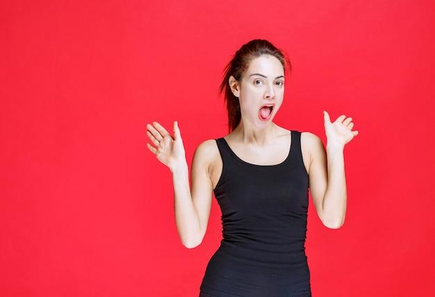 Menina de camisa preta rindo alto como uma idiota. foto de alta qualidade