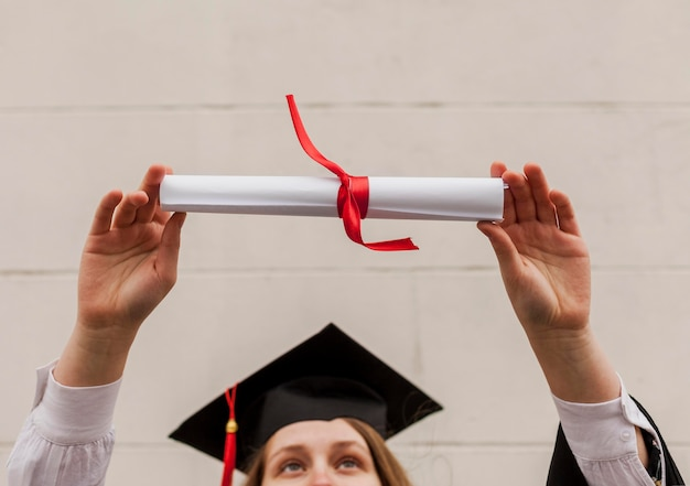 Menina de close-up com diploma