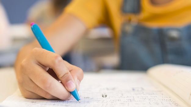 Menina de close-up escrevendo