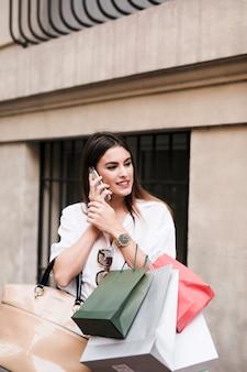 Menina de compra no telefone