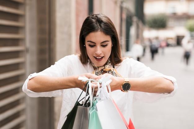 Menina de compras carregando sacolas