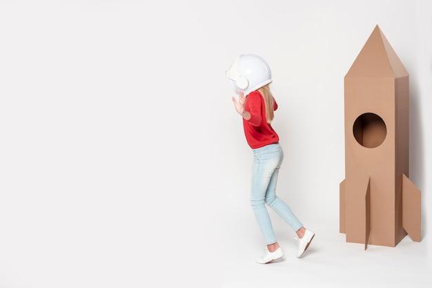 Menina de cópia-espaço brincando com navio voador dos desenhos animados