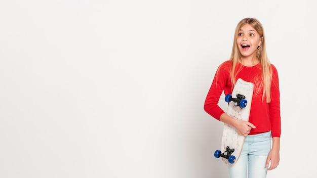 Menina de cópia-espaço com skate