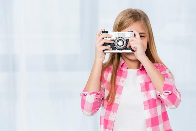 Menina de cópia-espaço tirando fotos
