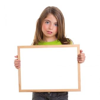 Menina de criança com quadro branco cópia espaço branco quadro-negro