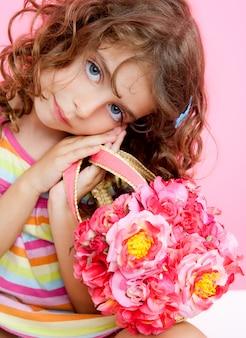 Menina de crianças segurando fashin primavera rosa flores saco