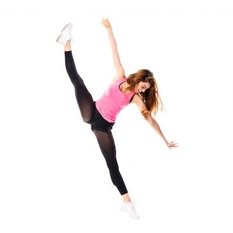 Menina de dança jovem sobre salto branco isolado