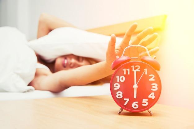 Menina de desligar o despertador