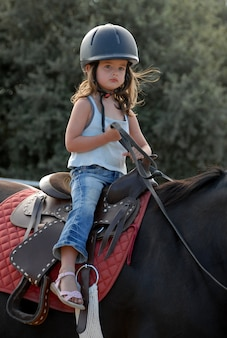 Menina de equitação do bebê