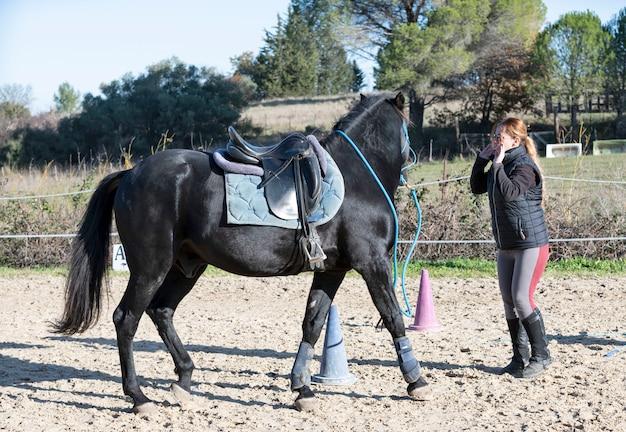Menina de equitação e cavalo, treinamento de cavalo