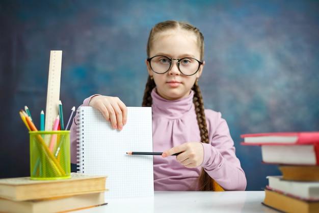 Menina de escola caucasiano inteligente com notebook