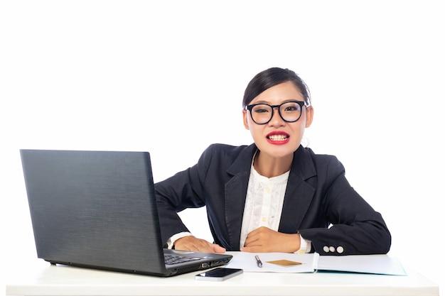 Menina de escritório irritada isolada no fundo branco.