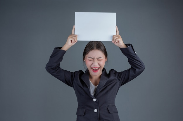 Menina de escritório segurando uma placa branca em branco