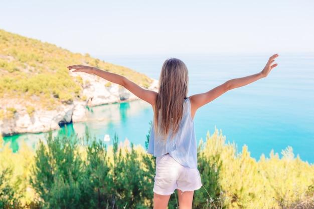 Menina de férias viajar fundo bela paisagem