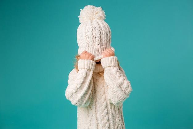 Menina de inverno malha chapéu e camisola