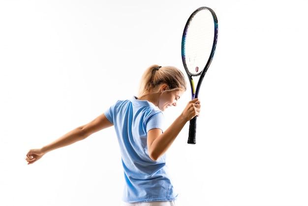 Menina de jogador de tênis adolescente sobre branco isolado
